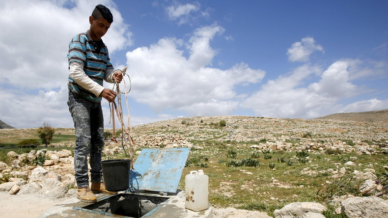 Un palestinien puise de l'eau près de Naplouse Source: Reuters