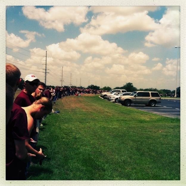 Lorsque les élèves ont appris que le Westboro Baptist Church prévoyait de protester contre les funérailles d'un soldat, ils ont formé une barricade humaine autour du service funèbre pour les bloquer.