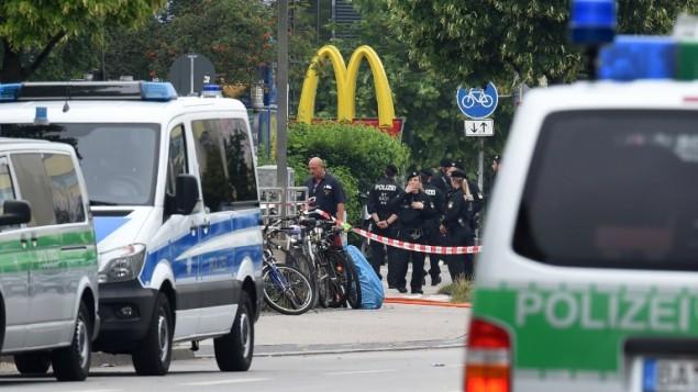 Des officiers de police sécurisent la zone autour d'un restaurant McDonald près du centre commercial Olympia Einkaufzentrum OEZ à Munich le 23 juillet 2016, un jour après une fusillade ayant fait 9 morts (Crédit : AFP PHOTO/Christof Stache)