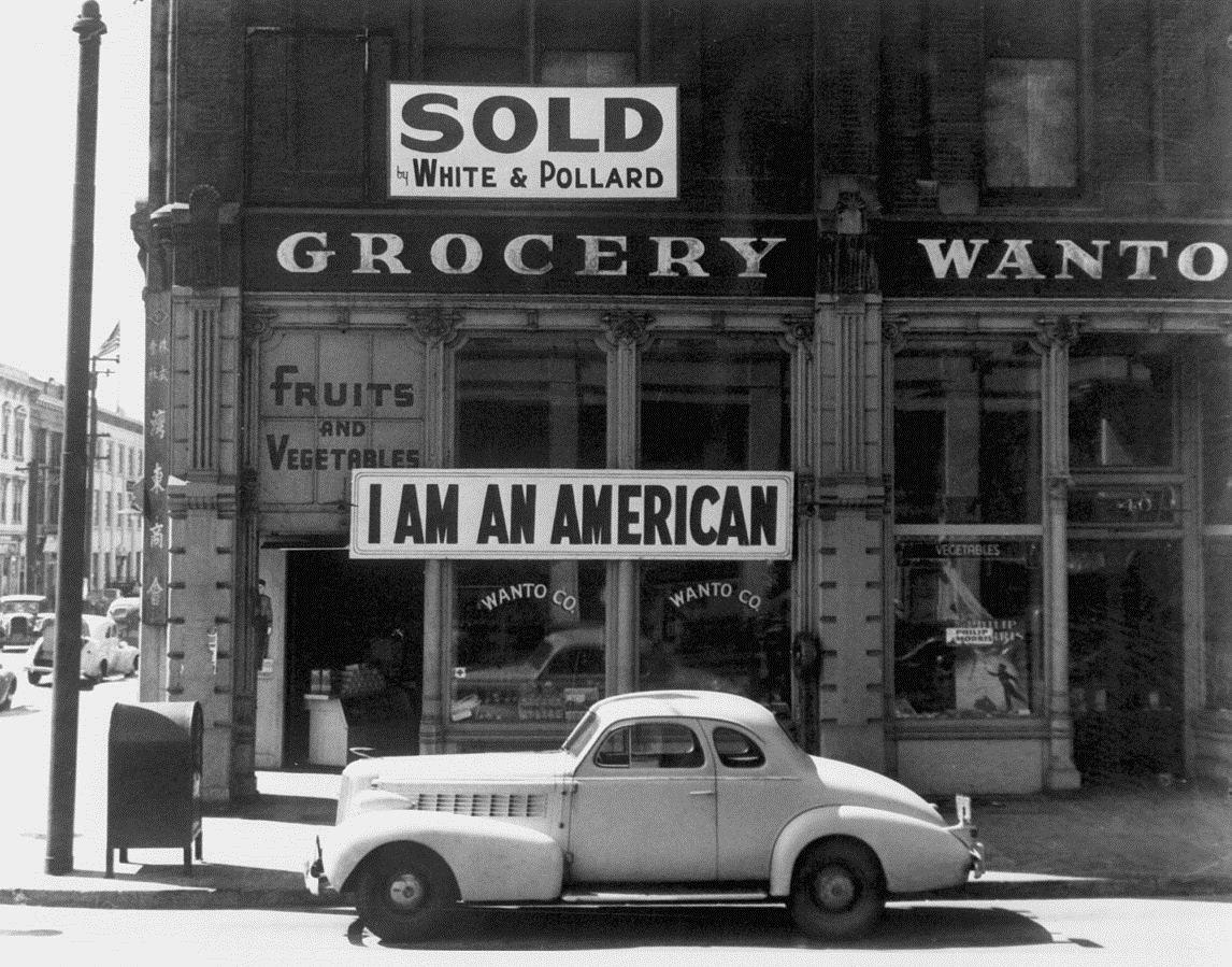 Un Nippo-Américain affiche cette banderole sur son magasin après l'attaque de Pearl Harbor. Cette photo de Dorothea Lange a été prise en mars 1942, juste avant l'internement de cet homme.